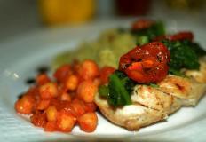 """Куриная грудка су-вид со шпинатом и вялеными помидорами в кафе здорового питания """"Артишок"""""""