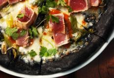 Чёрная пицца с чернилами каракатицы сначала удивляет, потом нравится!