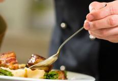 В идеале сервировка не отвлекает от блюда, а настраивает на гастроудовольствие