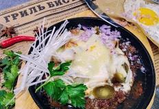 """Бифштекс с грибами под сыром с жаренным яйцом в гриль-бистро """"И рыба, и мясо"""" в Хабаровске"""