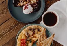 """Омлет с грибами и соусом дорблю в кофейне """"Келди"""""""