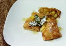 """Блинчики фаршированные яблоками, обжаренными на сливочном масле с мёдом в ресторане """"Ковбой"""""""
