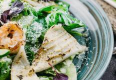 """Тёплый салат с кальмаром, мидиями и креветкой под горчичным соусом и сыром пармезан в ресторане """"Квартира Паши Кейзера"""" в Хабаровске"""