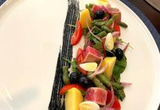 """Салат """"Нисуаз"""" с быстро обжаренным тунцом, картофелем, зелёным салатом и яйцом в кафе """"Лилас""""/Lilas в Хабаровске"""