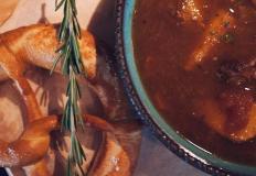 Немецкий суп Айнтопф (Eintopf) с брецелем в ресторане Luga в Хабаровске