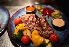 Стейк выбранной прожарки с запечёным картофелем или овощами-гриль на выбор в ресторане MeetMeat