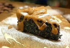 """Маковый пирог с заварным кремом и карамельным соусом в кафе """"Медведь и морошка"""" в Хабаровске"""