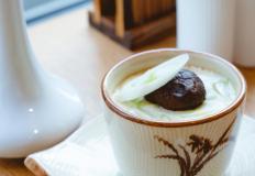 Японский омлет с курицей или морепродуктами в ресторане MONA-CAFE