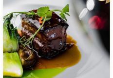 """Свиная грудинка с капустой пак-чой, грибами шиитаке и восточным соусом демиглас в ресторане """"Олимпик"""""""