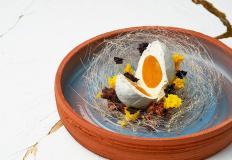 """""""Яйцо птицы счастья"""" в ресторане семейного счастья """"Патч"""": нежнейший кокосовый мусс в сочетании с манговым конфи, под «скорлупой» из белого шоколада в «гнезде» из карамели."""
