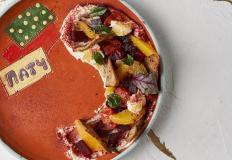 Салат-закуска с щучьей икрой, муссом из сыра и сметаны, томленой свеклой , черри конфи и апельсином