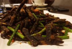 """Фритюрированная говядина, предварительномаринованная в пиве в кафе китайской кухни """"Перфоманс""""/Performance в Хабаровске."""