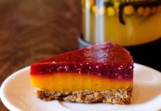 ПП-десерт «Манго-малина» на подложке из кураги, грецкого ореха, кокосовой стружки, желе манго и малинового конфи в кофейне Plantacia Coffee