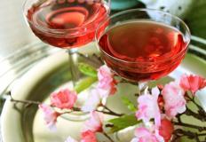 Следуя японской традиции любования цветами, будем любоваться именинником!