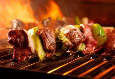 """В кафе """"Вкусный дом"""" шашлыки из свинины, баранины, курицы (филе или крыло), люля-кебаб, рыбный..."""