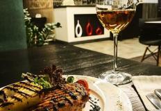 Куриная грудка с имбирно-медовой грушей под бальзамическим соусом в кафе Siesta в Хабаровске