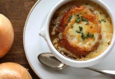 Классический рецепт лукового супа решает всё...