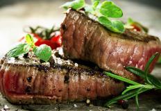Бифштекс из мяса изюбря с клюквенным соусом