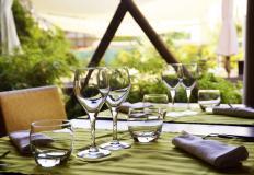 Веранда у кафе - отличное место для встречи с друзьями летом...